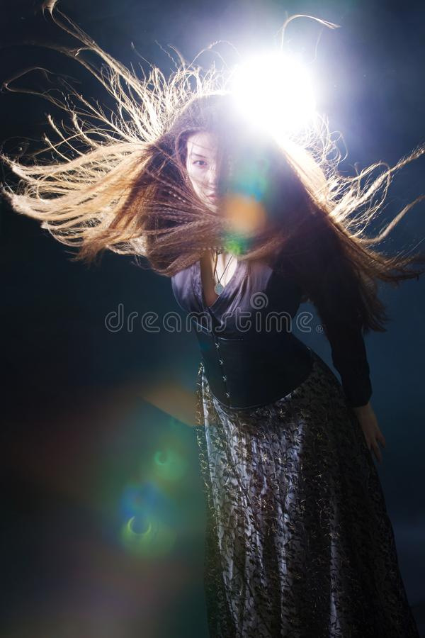 Jeune femme attirante avec de longs cheveux comme une sorci?re Brune de Femme, style mystique d'imagination photos stock