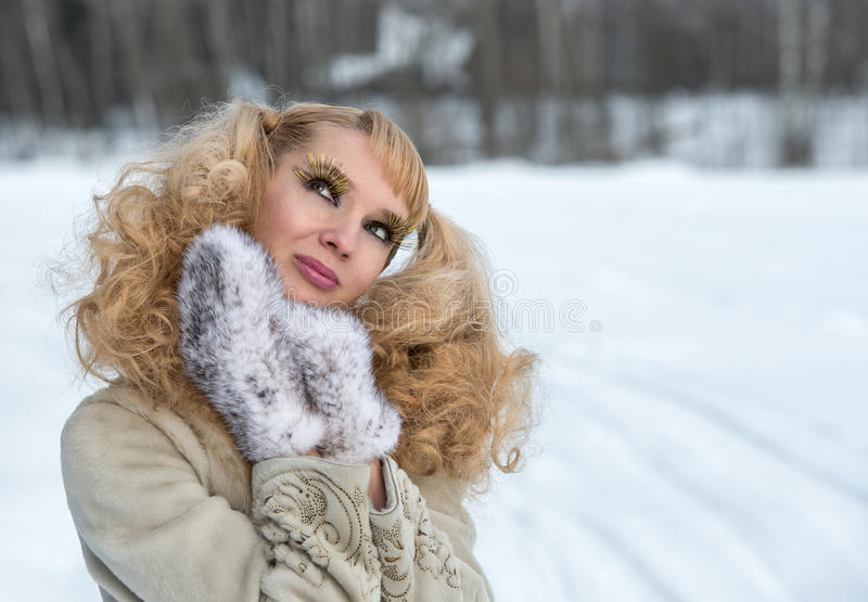 Jeune femme attirante avec les cils exagérés photos stock