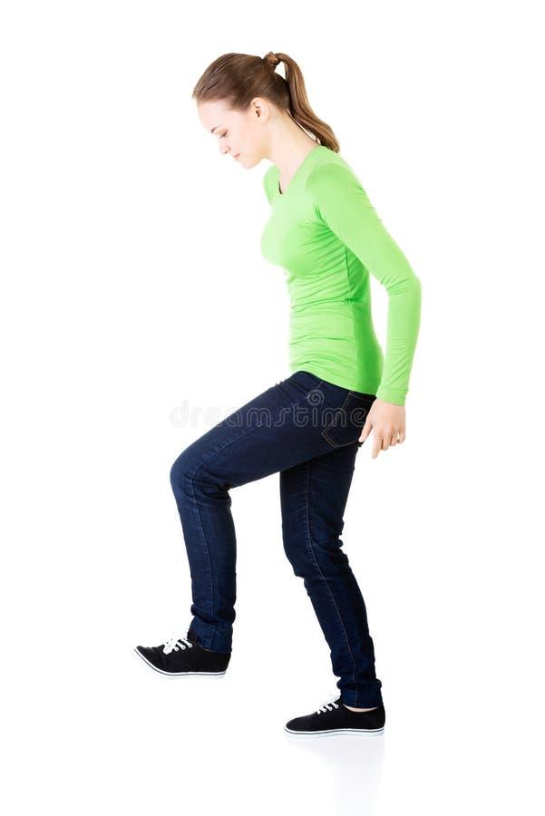Jeune femme attirante avec une jambe. Vue de côté. photos stock