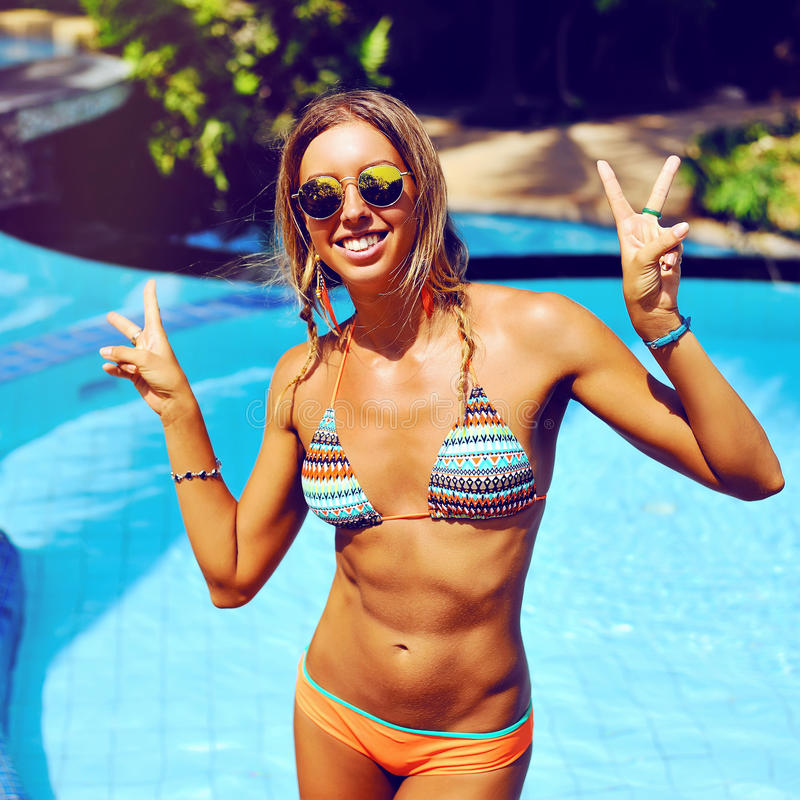 Jeune femme attirante ayant l'amusement dans la piscine images stock