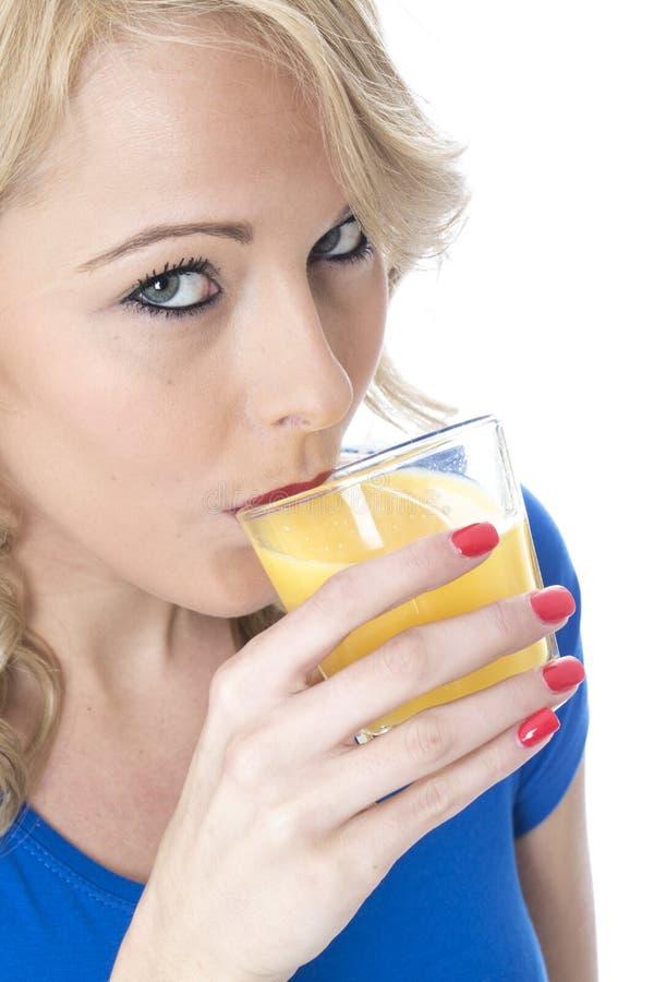 Jeune femme attirante buvant du jus d'orange photo libre de droits