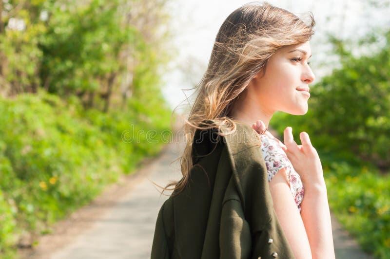 Jeune femme attirante détendant et marchant dans la nature photos stock