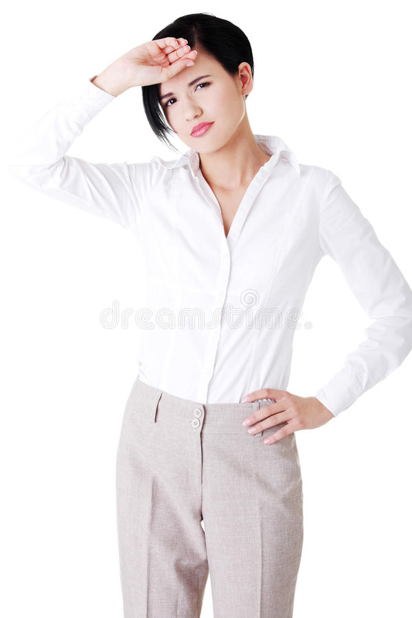 Jeune femme attirante d'affaires avec la main sur le front. images stock