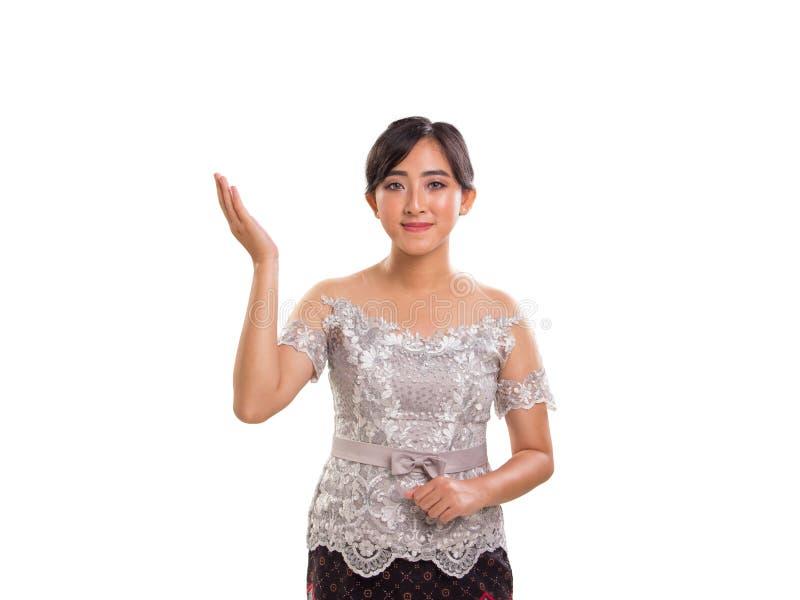 Jeune femme attirante d'Asie du Sud-Est dans le costume traditionnel, fond d'isolement photo libre de droits
