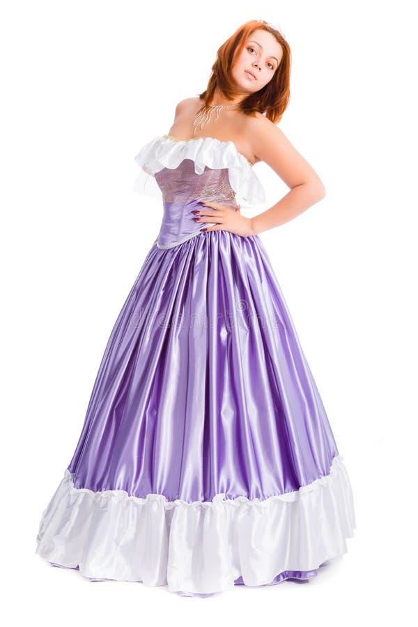 Jeune femme attirante dans la longue robe de boule de couleur lilas image stock