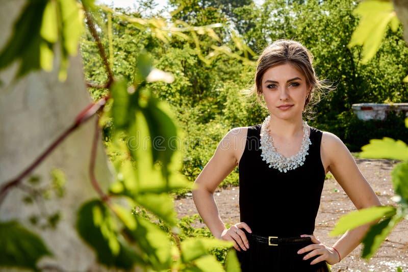 Jeune femme attirante dans la robe noire transparente sexy Portrait de jeune femme photos libres de droits