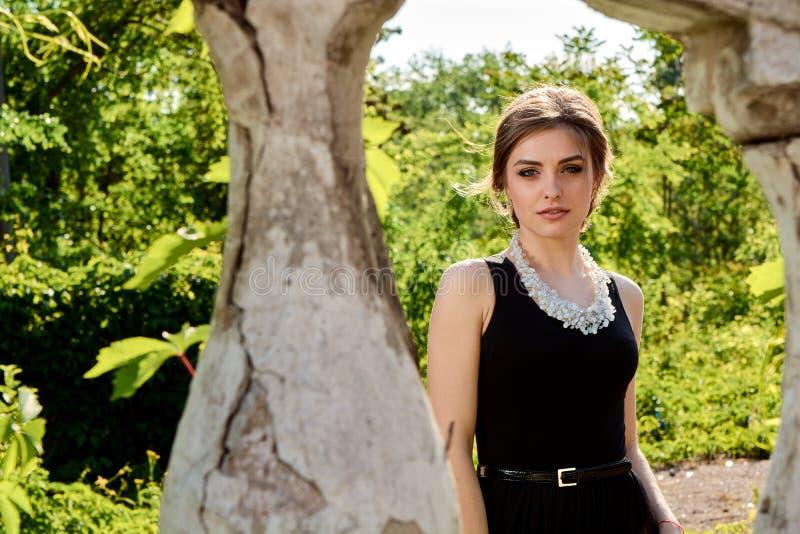 Jeune femme attirante dans la robe noire transparente sexy Portrait de jeune femme photographie stock libre de droits