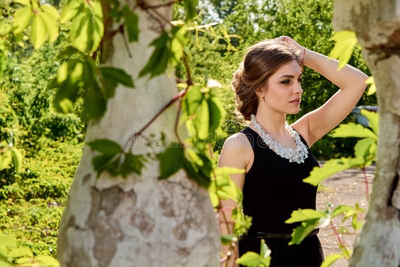 Jeune femme attirante dans la robe noire transparente sexy Portrait de jeune femme image libre de droits
