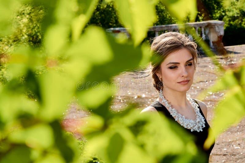 Jeune femme attirante dans la robe noire transparente sexy Portrait de jeune femme photo libre de droits