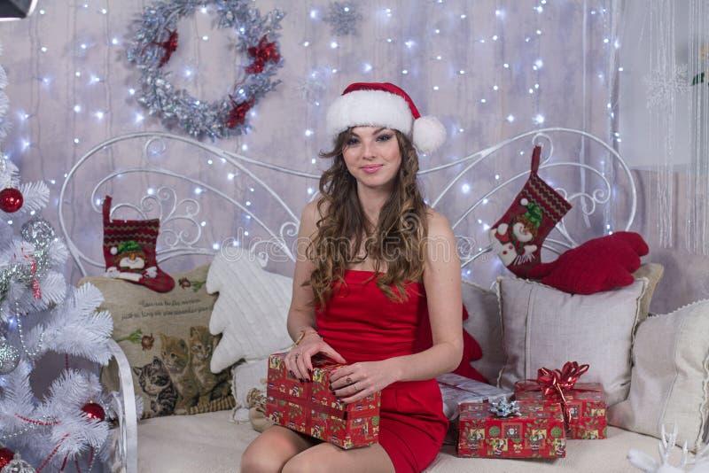 Jeune femme attirante dans le chapeau Santa Claus image libre de droits