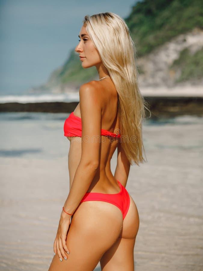 Jeune femme attirante dans les v?tements de bain ? la plage d'oc?an dans Bali photos stock
