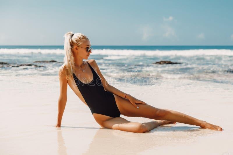 Jeune femme attirante dans les v?tements de bain ? la plage d'oc?an dans Bali images libres de droits