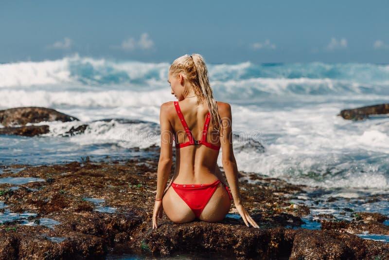 Jeune femme attirante dans les v?tements de bain ? la plage d'oc?an dans Bali photos libres de droits