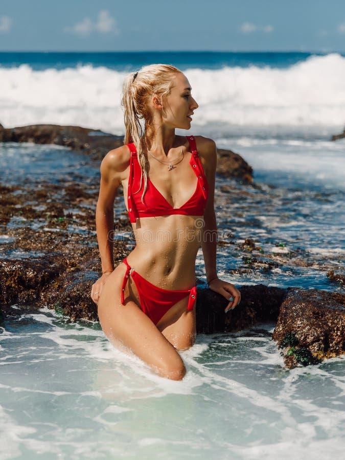 Jeune femme attirante dans les v?tements de bain ? la plage d'oc?an dans Bali photographie stock libre de droits