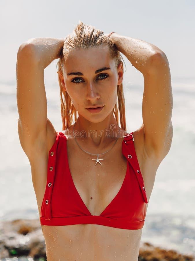 Jeune femme attirante dans les v?tements de bain ? la plage d'oc?an dans Bali image libre de droits