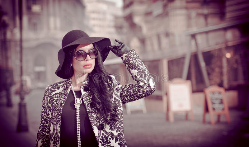 Jeune femme attirante dans un tir de mode de l'hiver Belle jeune fille à la mode dans la pose noire sur l'avenue Brune élégante images libres de droits
