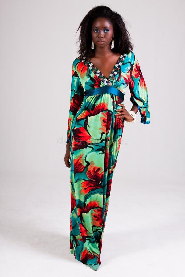 Jeune femme attirante dans une robe colorée image libre de droits