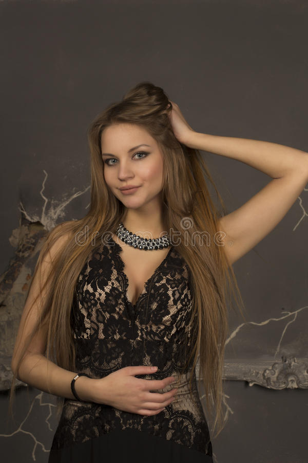 Jeune femme attirante dans une robe de soirée photo stock