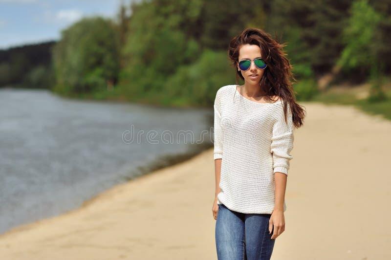 Jeune femme attirante de brune posant dehors photo stock