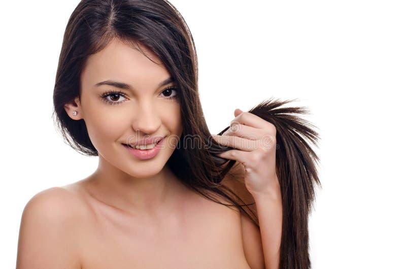 Belle fille de brune avec de longs cheveux. photographie stock libre de droits