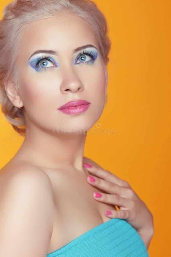 Jeune femme attirante de portrait d'été avec le maquillage, photo lumineuse photo stock