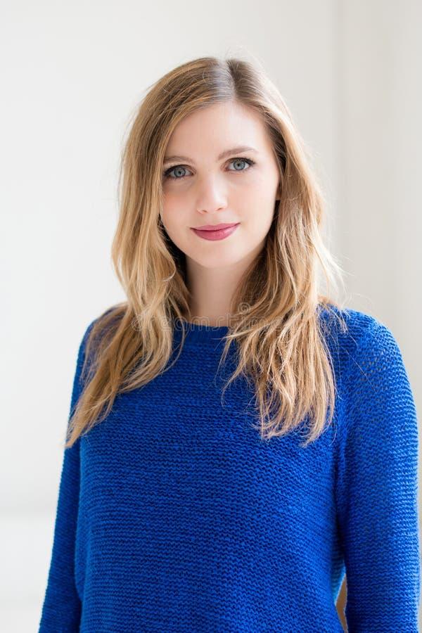 Jeune femme attirante de sourire image libre de droits