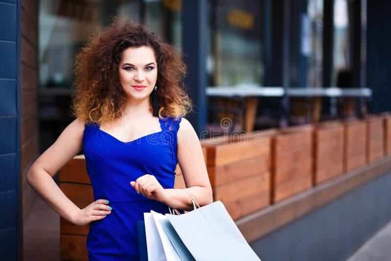Jeune femme attirante de sourire heureuse avec du Ne de papier de paniers image libre de droits