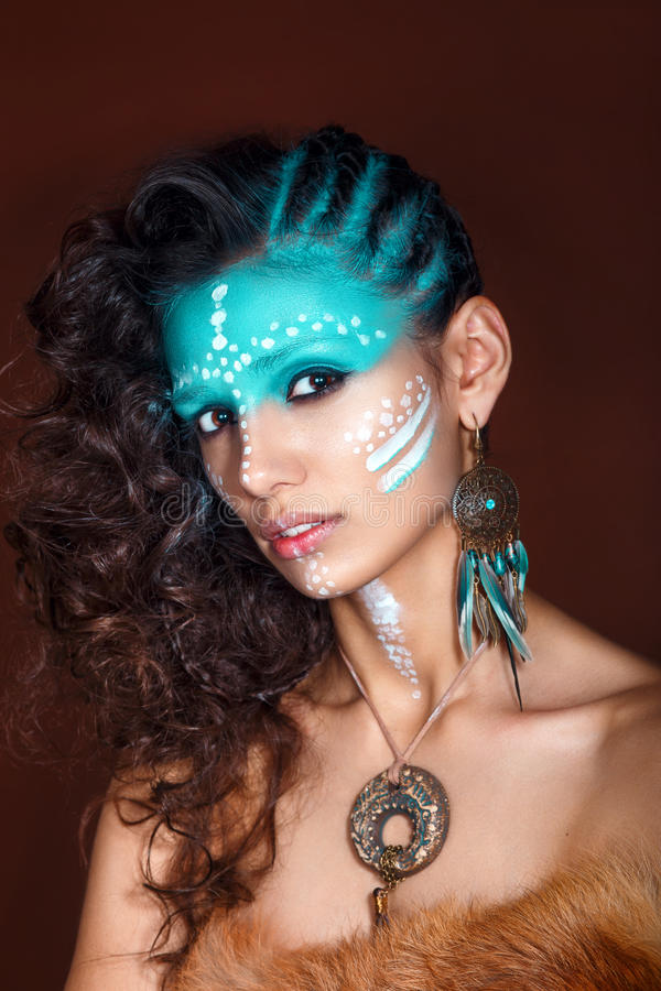 Jeune femme attirante en bijoux ethniques Fermez-vous vers le haut de la verticale Beau chaman de fille Portrait d'une femme avec images stock