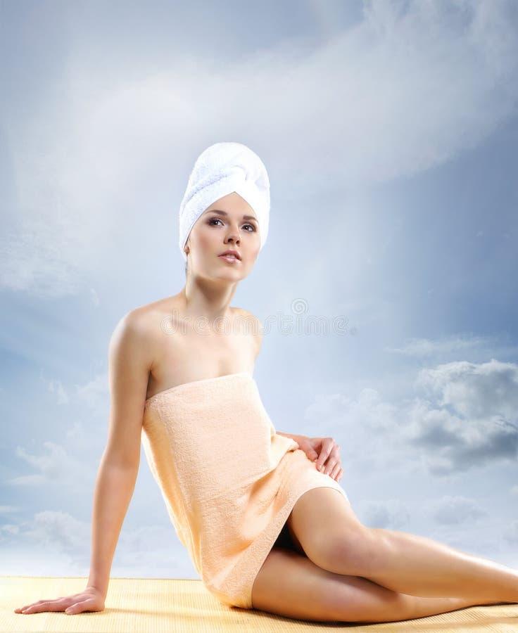 Jeune femme attirante en serviette faisant le traitement de station thermale image stock