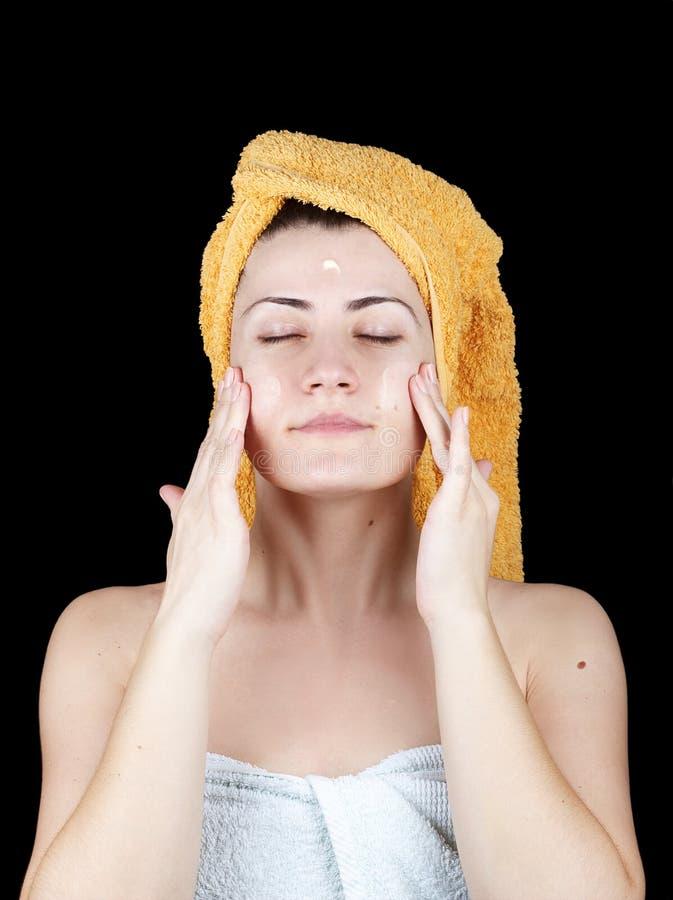 Jeune femme attirante enveloppée avec des serviettes de Bath photo stock