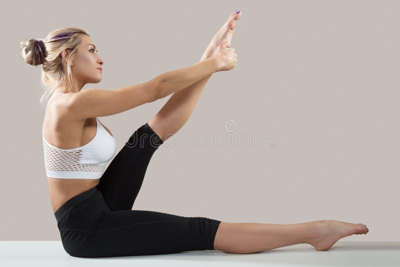 Jeune femme attirante faisant des exercices de gymnastique Figure mince photo libre de droits
