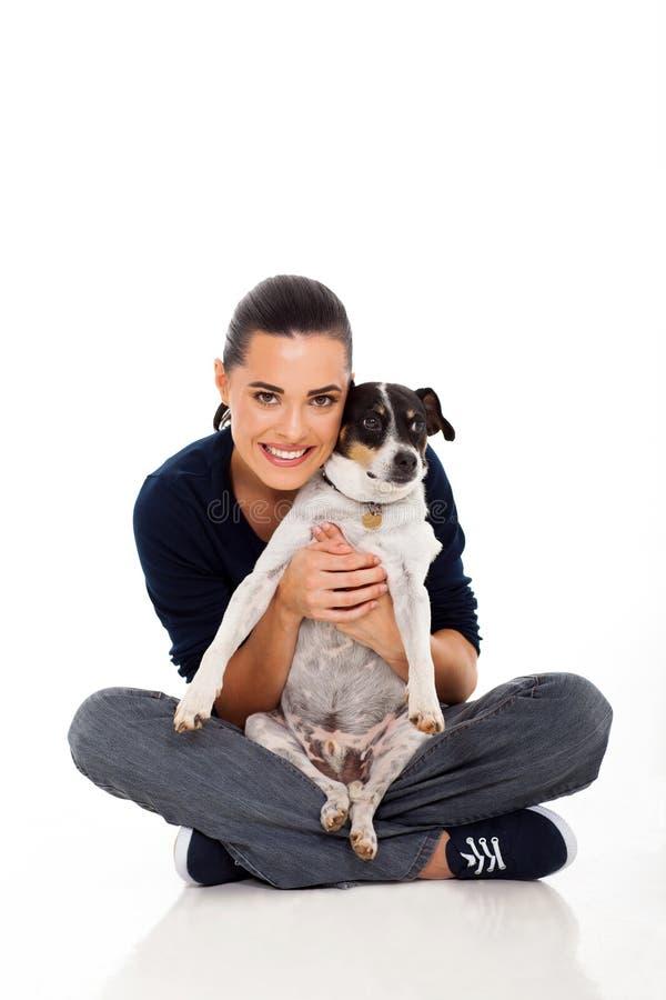Femme tenant le chien image stock