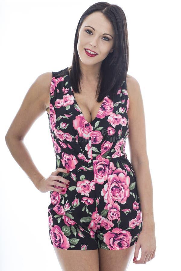Jeune femme attirante portant un Playsuit floral court image libre de droits