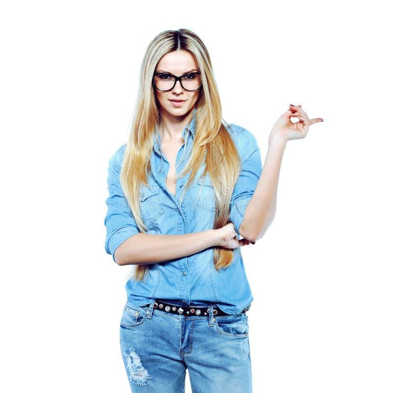 Jeune femme attirante posant au point de port de glassesand de studio photos libres de droits
