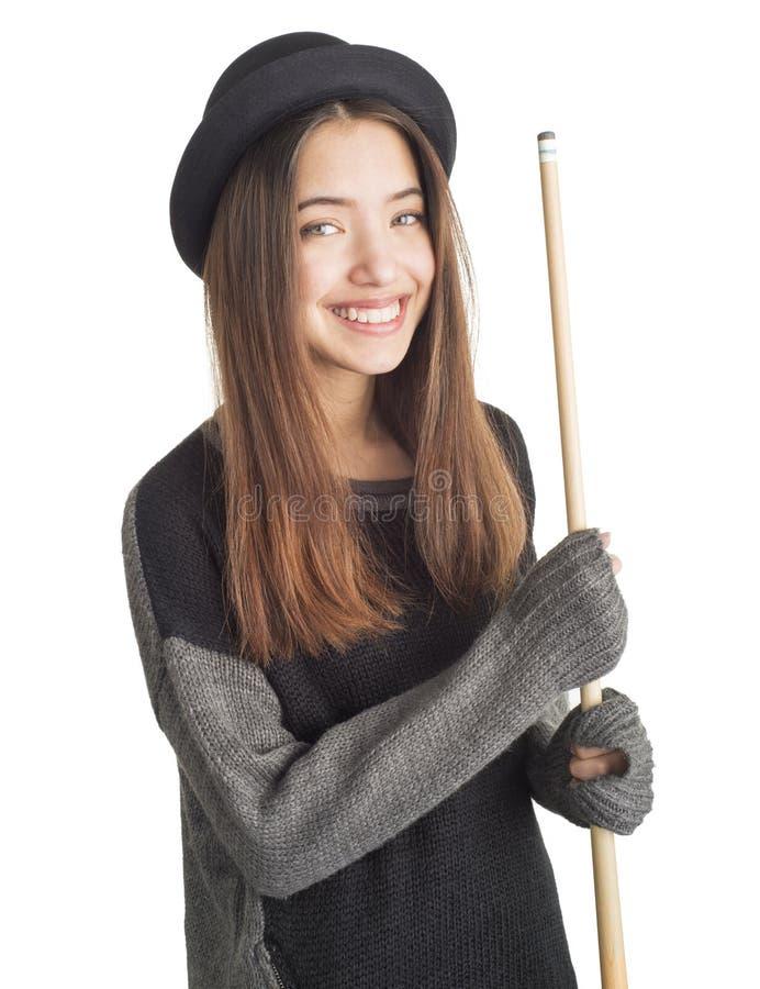 Jeune femme attirante retenant la queue de billard photographie stock