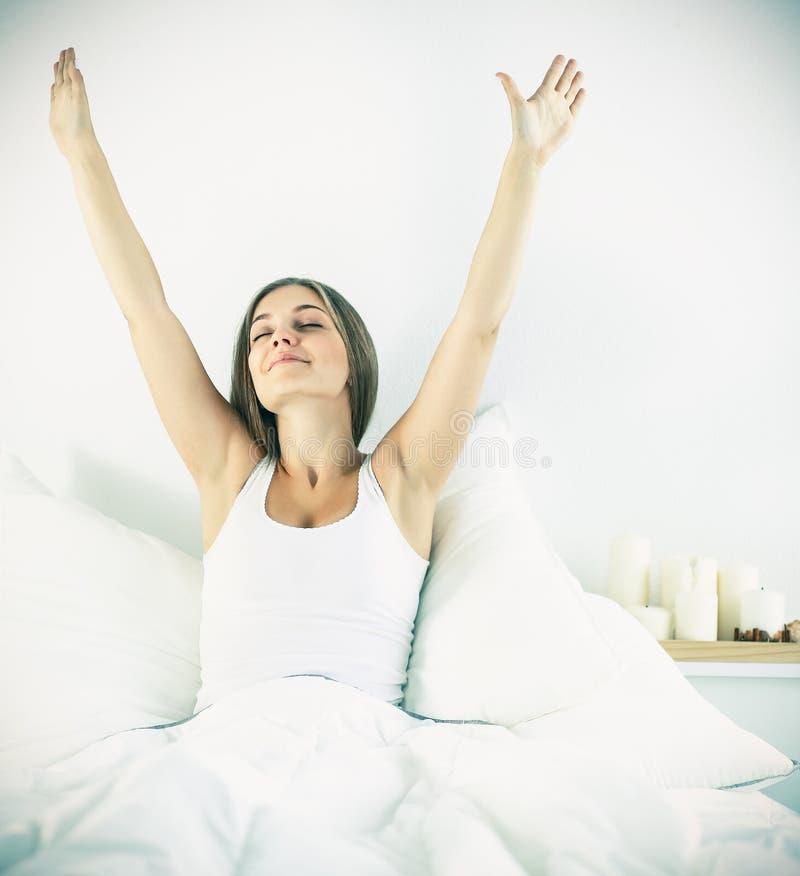 Download Jeune Femme Attirante S'étirant Dans Le Lit Après S'être Réveillé Image stock - Image du femme, programme: 87701075