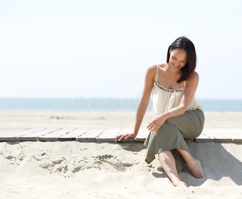 Jeune femme attirante souriant à la plage photos libres de droits