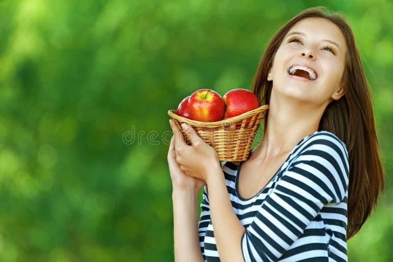 Femme tenant le panier avec des pommes photos libres de droits