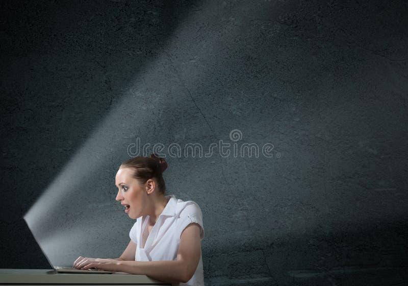Jeune femme attirante tenant un téléphone portable image stock