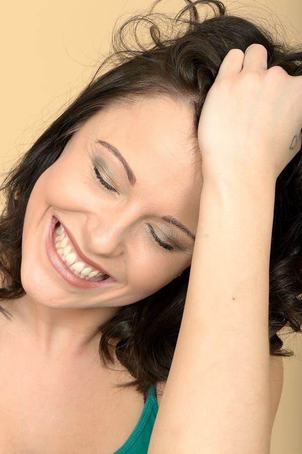 Jeune femme attirante tendue fâchée semblant soumise à une contrainte photos stock