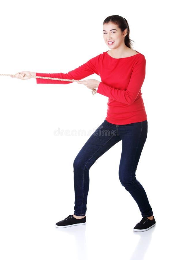 Jeune femme attirante tirant une corde. photo libre de droits