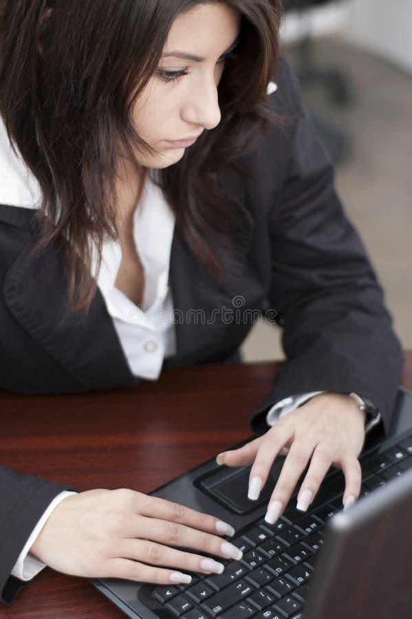 Jeune femme au bureau photographie stock