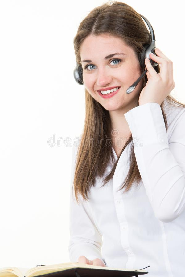 jeune femme au centre d'appels de soutien avec l'écouteur photo stock