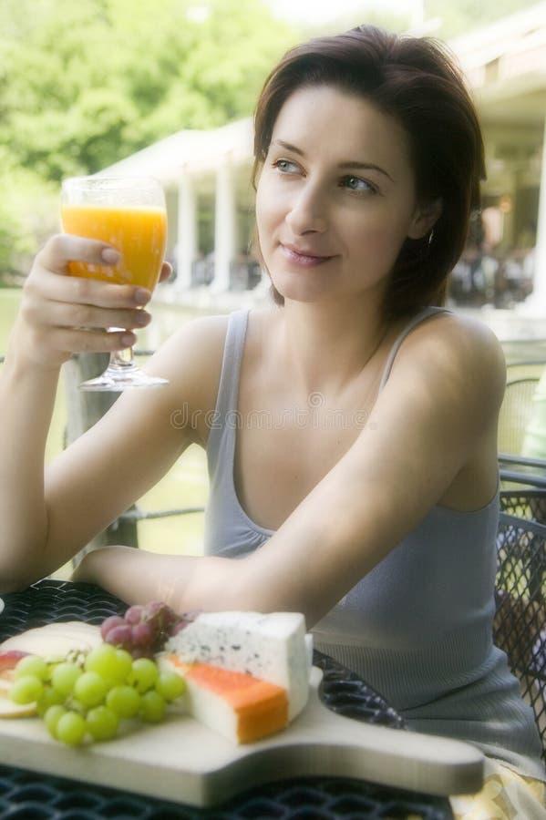 Jeune femme au déjeuner images libres de droits
