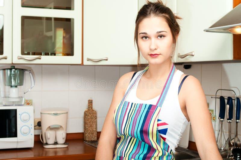 Jeune femme au foyer asiatique sur domestique images libres de droits
