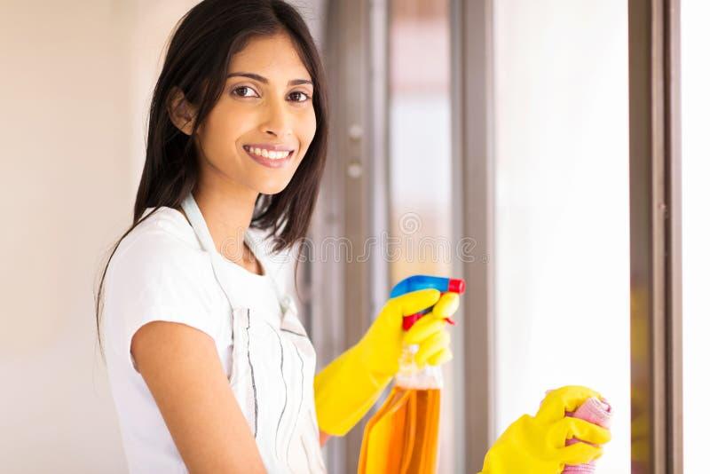 Jeune femme au foyer indienne image stock