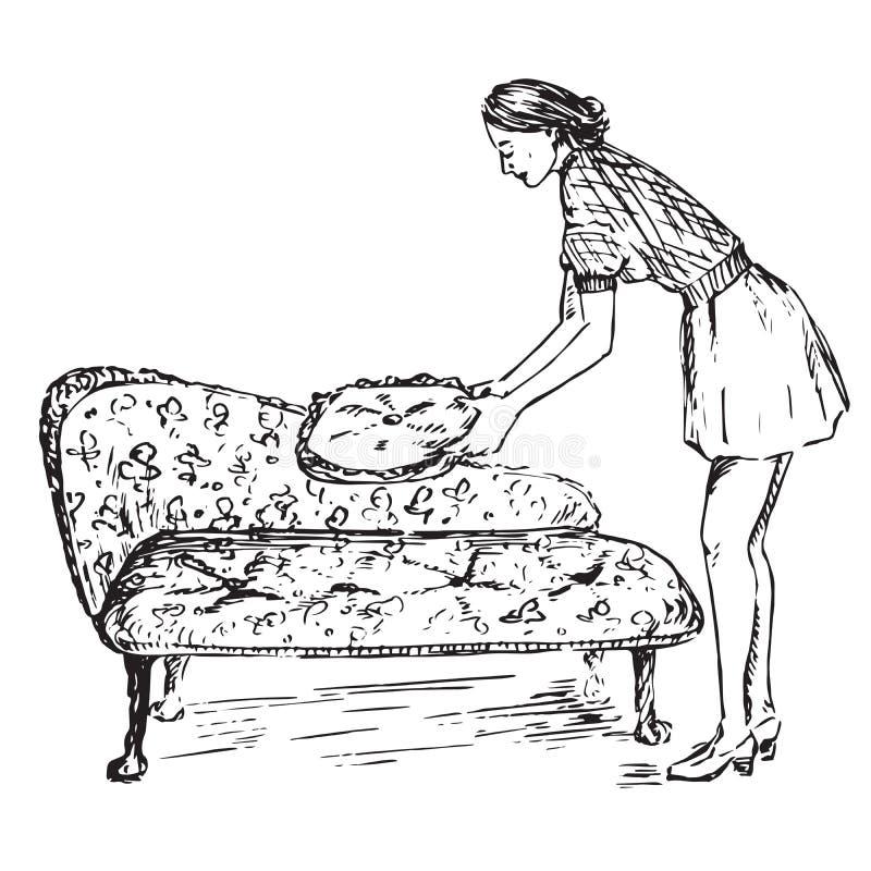 Jeune femme au foyer mettant un oreiller sur un sofa antique illustration libre de droits