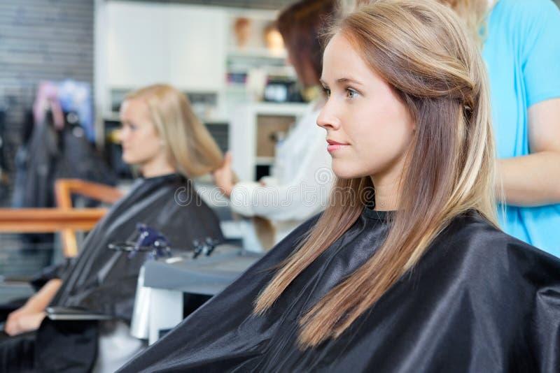 Jeune femme au salon photo libre de droits