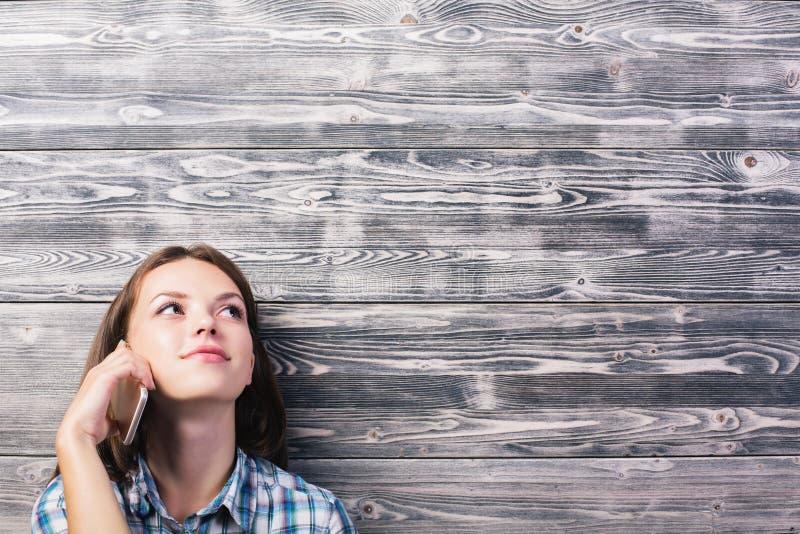 Jeune femme au téléphone image libre de droits