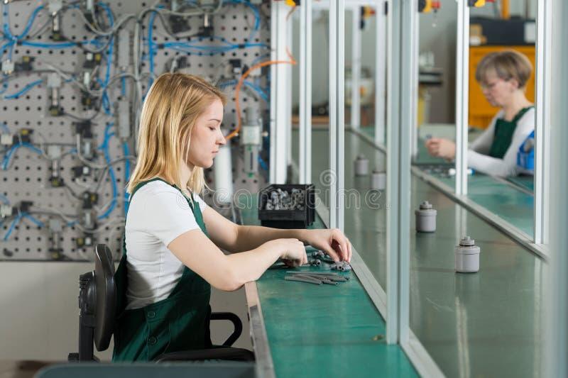 Jeune femme au travail photos libres de droits